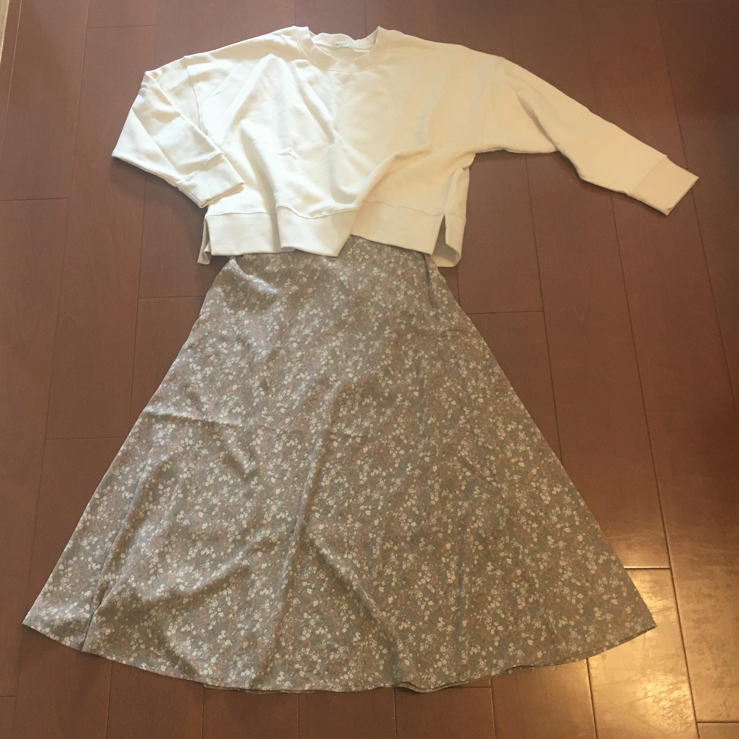プルオーバーと花柄スカート