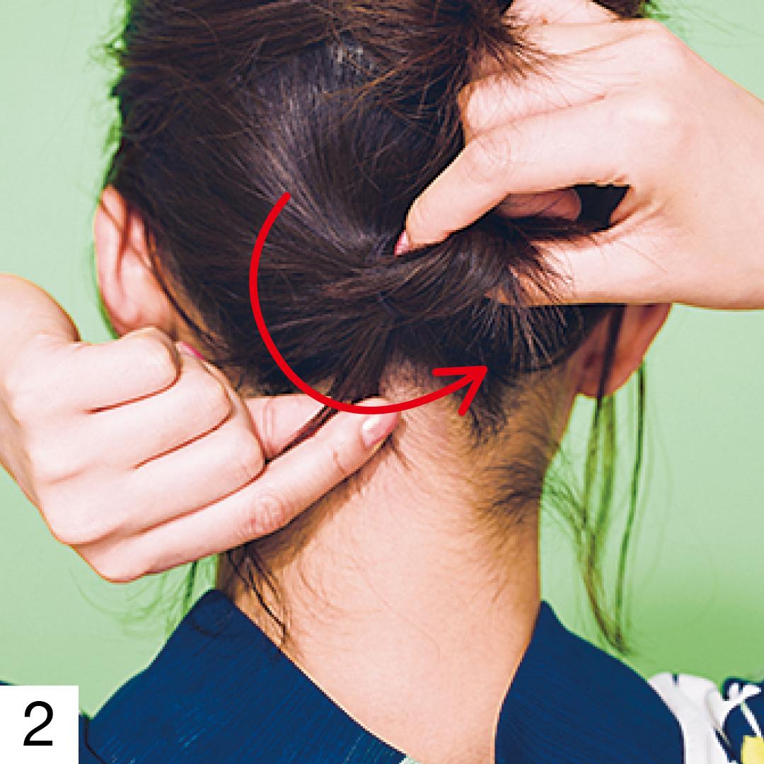 残した下半分も手ぐしで一つにまとめてゴムで結びおだんごにする。ぴょこんと飛び出た毛先は結び目に巻きつけるようにヘアピンで固定しておくときれいな仕上がりに。