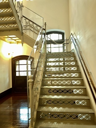 美術館内の美しい階段