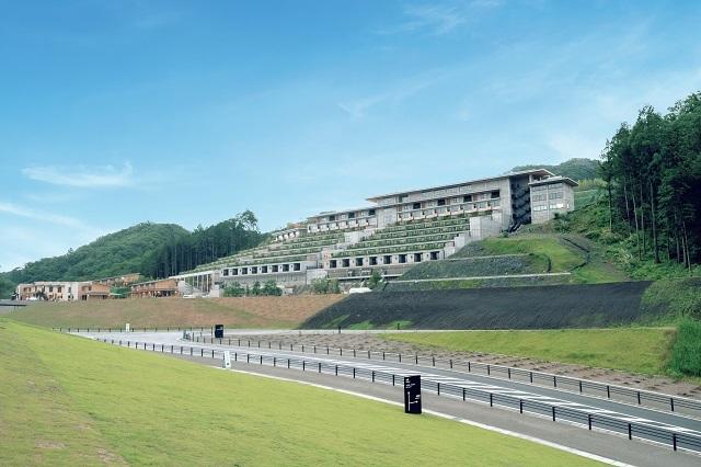 ホテル棟は、山の斜面に立つ。さらにカジュアルなタイプの宿泊施設として『旅籠ヴィソン』が8月10日に開業している