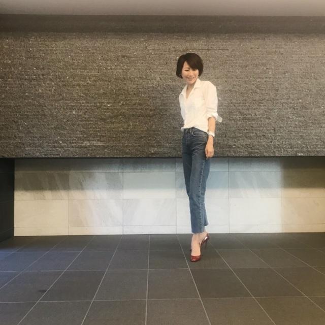 白シャツ×デニムパンツコーデのファッションコーデ