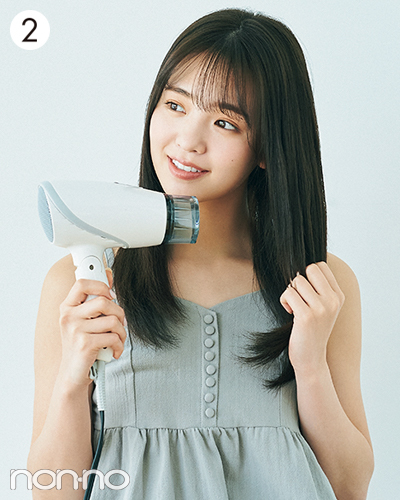 手ぐしで軽く整えながら、髪を真っすぐ伸ばすようにドライヤーの風を当てて仕上げる。