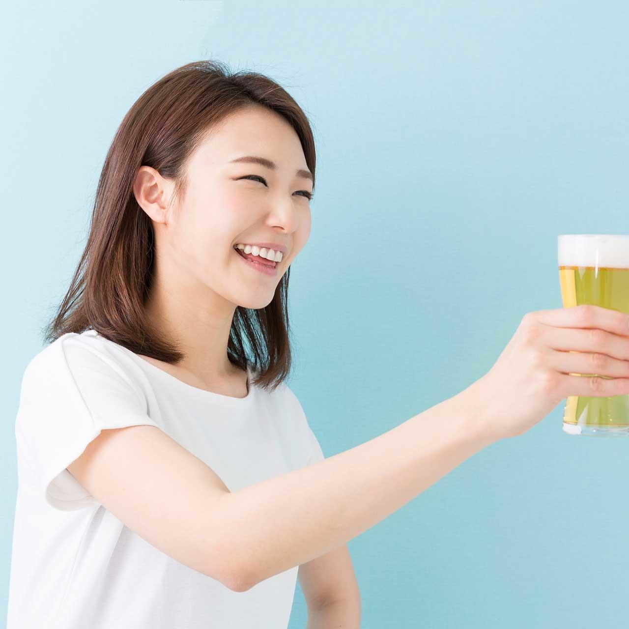 ビールで乾杯する女性