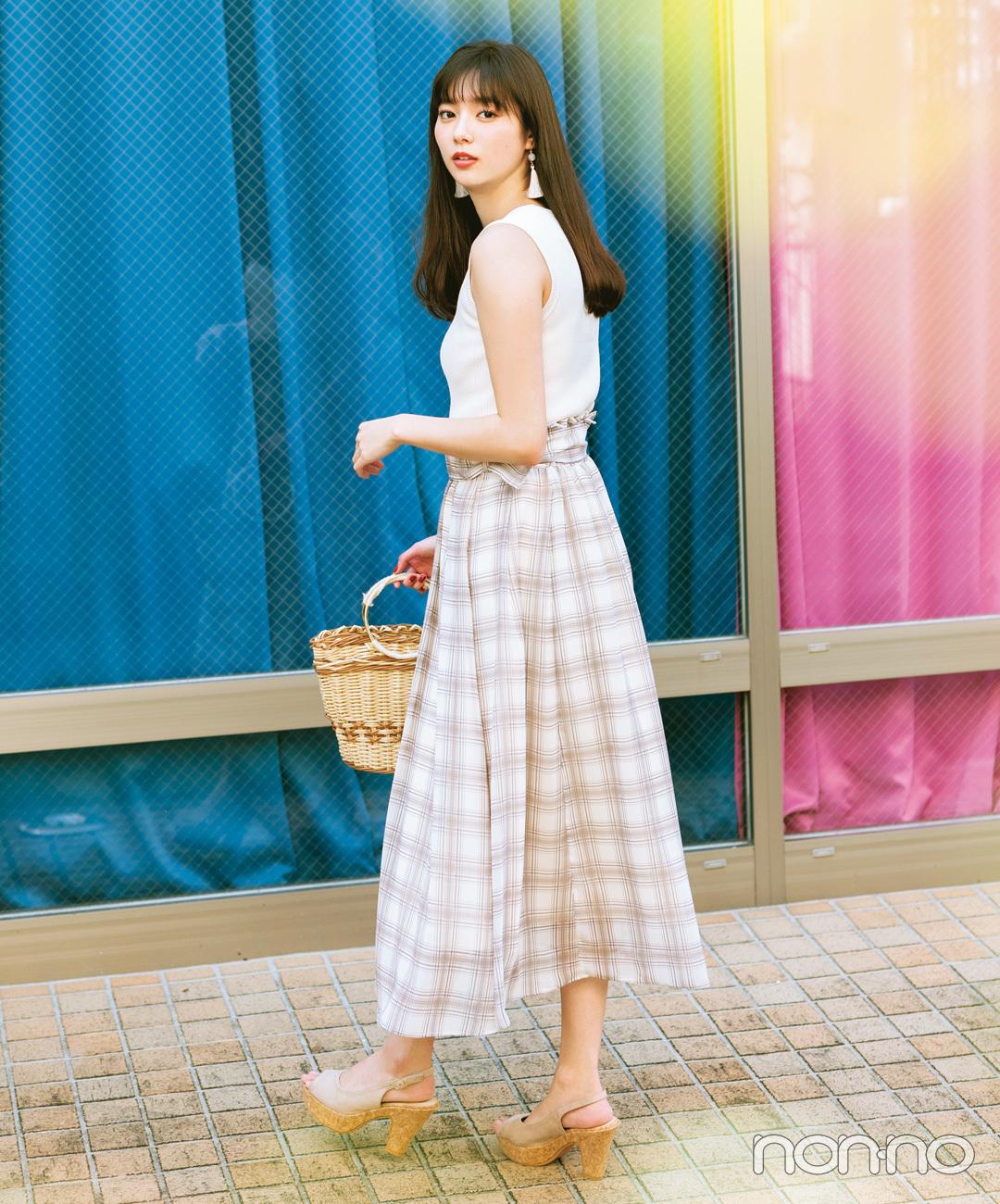 新川優愛は白ノースリとシアーなスカートで涼やかワントーン【毎日コーデ】