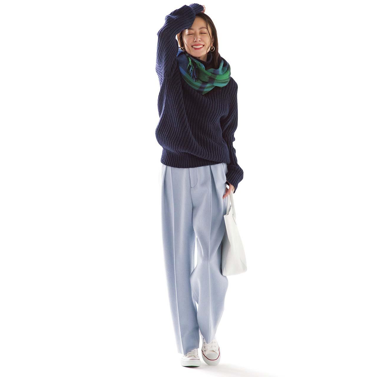 ニット×パンツ×コンバースの白スニーカーコーデを着たモデルの内田ナナさん