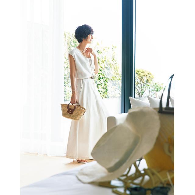 流れるように美しい白のドレスを 夏小物で小粋な着こなしに