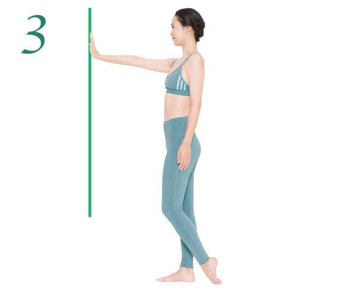 3.今度は、片側の足の爪先を床につけて足の甲をグーッと伸ばして10秒キープ。これを2 回。反対側も同様に。