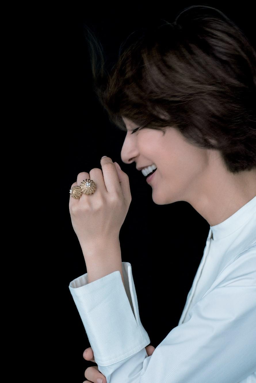 富岡佳子がまとう「白シャツにゴールドのジュエリー」 五選_1_1-1