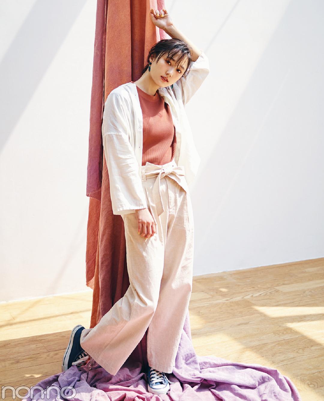 【夏のスニーカーコーデ】鈴木友菜はリネンをセットアップみたいに着てリラックスムード♪