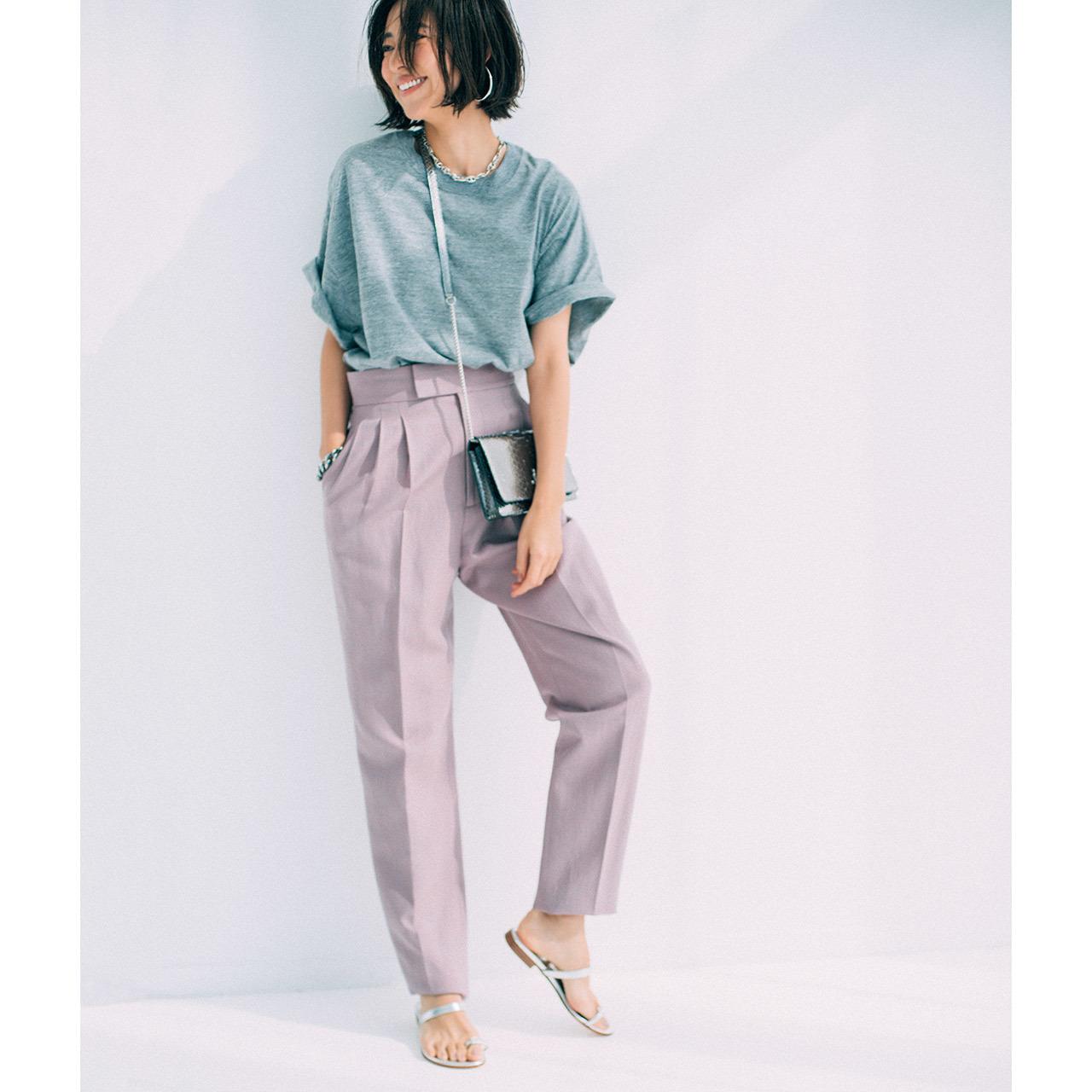 グレーTシャツとくすみピンのパンツのワンツーコーデ  モデル・小泉里子