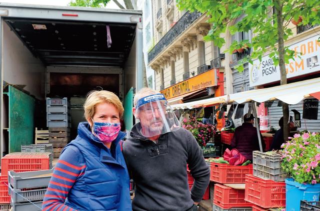 ❷イル・ド・フランスのイブリー県で野菜を生産するジャン=ミシェルさんと。