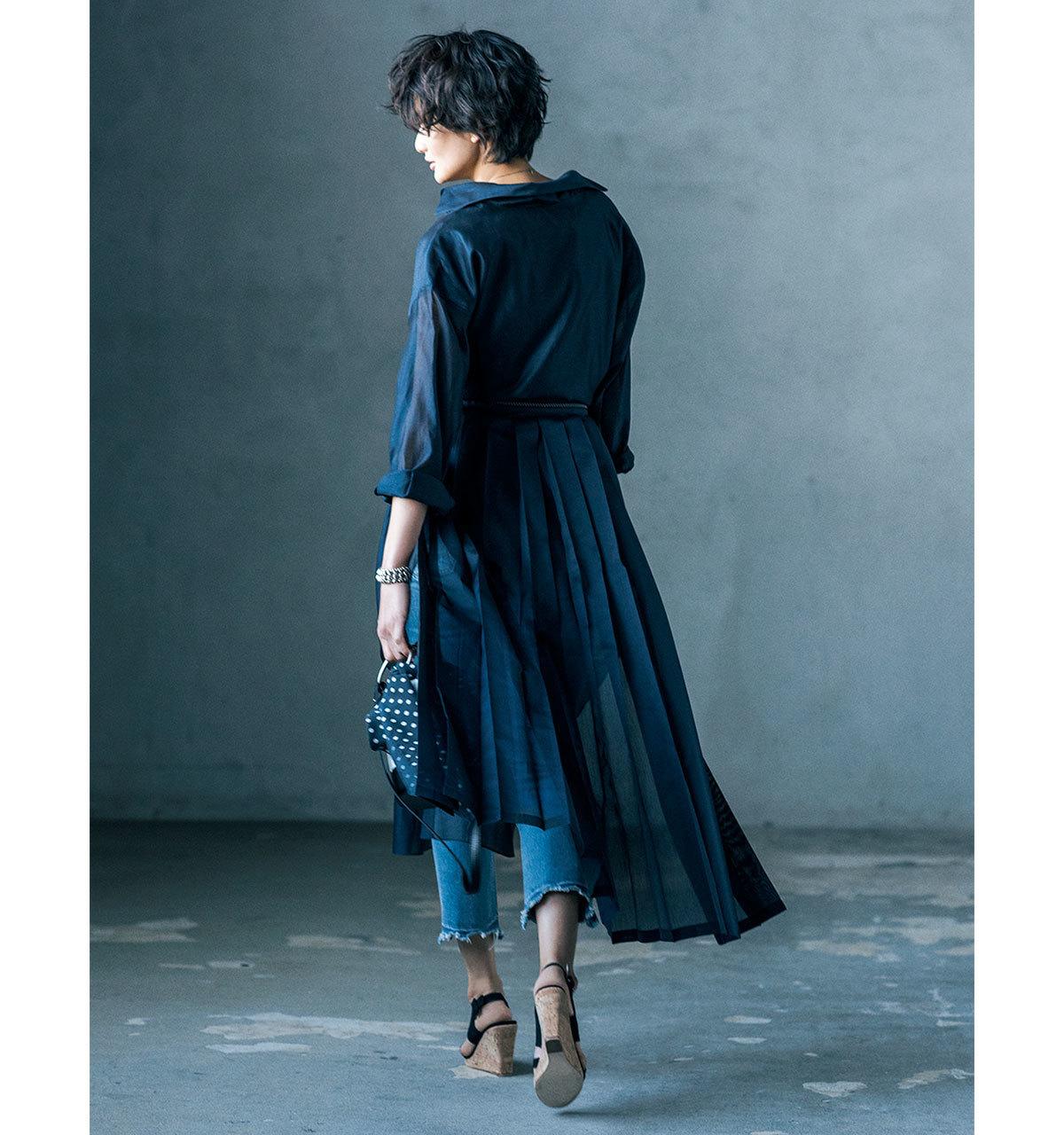 ネイビーのシアーワンピース×デニムパンツのファッションコーデ