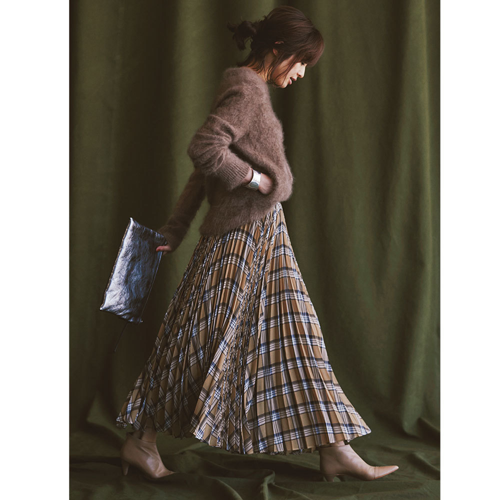 シャギーニット×プリーツスカートのファッションコーデ