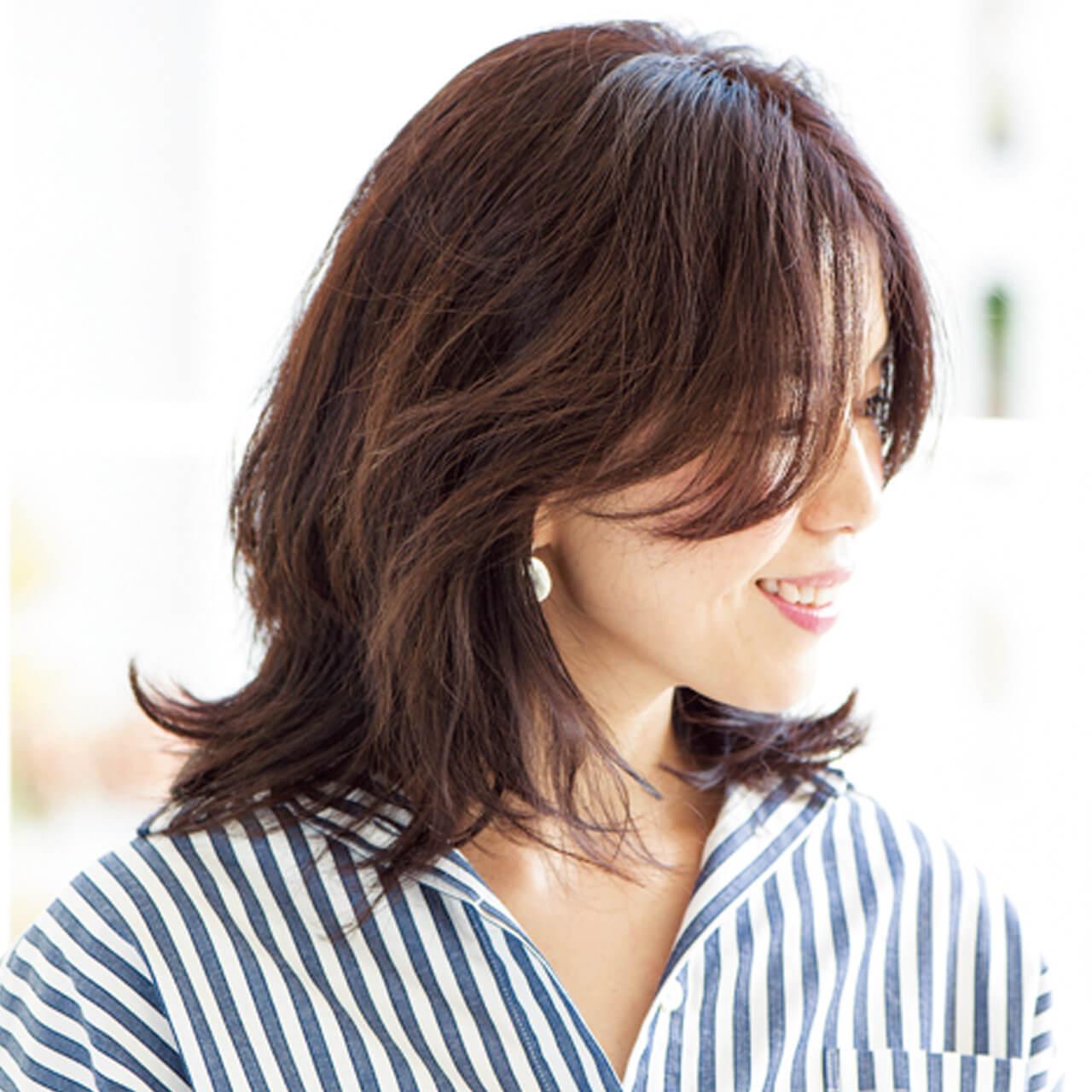 髪の多さも軽減してくれる、くびれフォルムのミディアムヘア【40代のミディアムヘア】_1_2