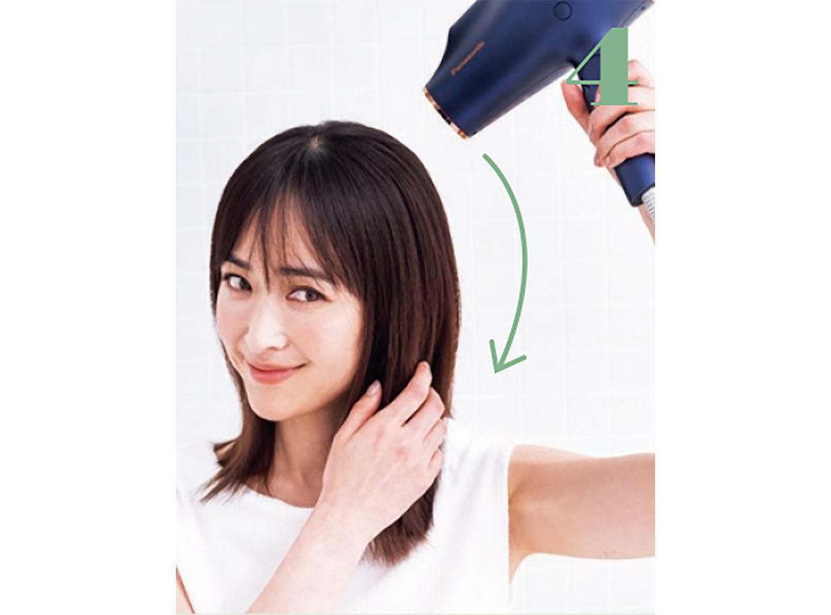 髪の表面に手ぐしを通しながら上から温風をかけてツヤを出し、仕上げに冷風で固定する。