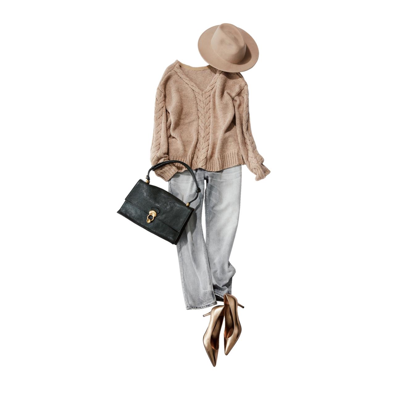 ベージュニット×デニムパンツのファッションコーデ