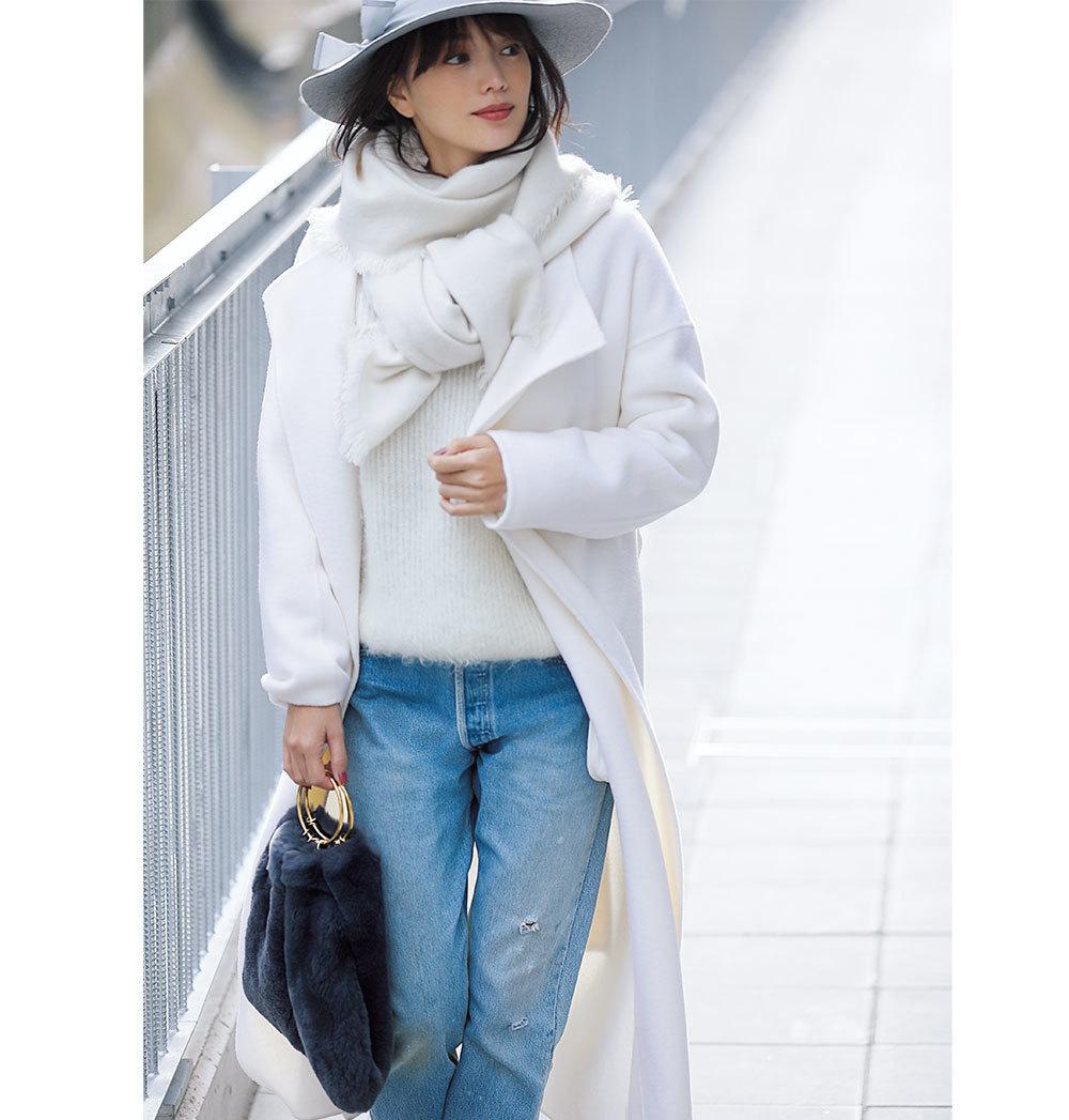白コート・ニット・ストール×デニムパンツコーデ
