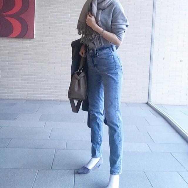 グレーのワントーン×デニムパンツのファッションコーデ