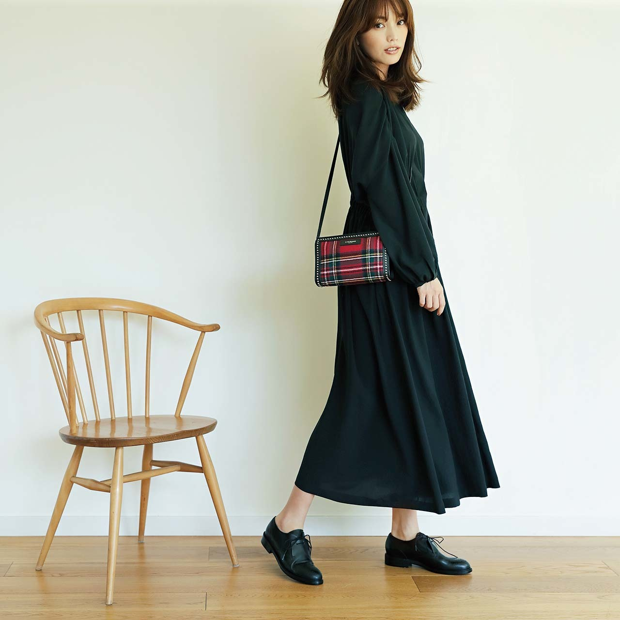 ファッション チェックのバッグ×黒ワンピースコーデ