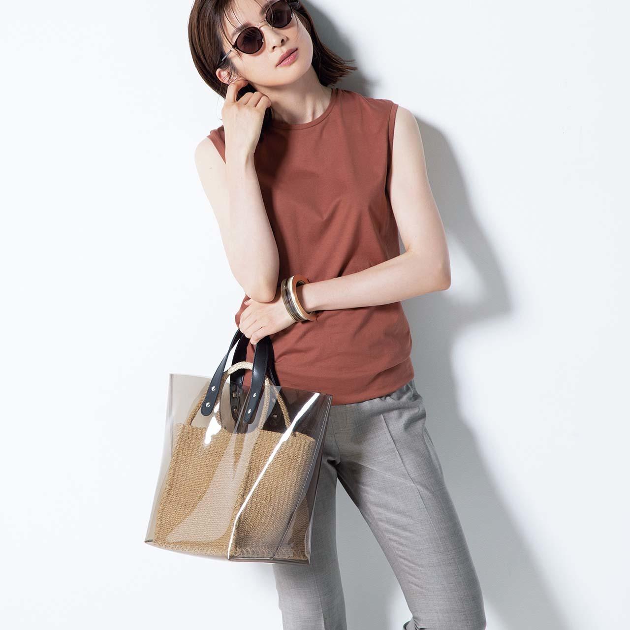ノースリーブトップス×パンツコーデを着たモデルの高垣麗子さん