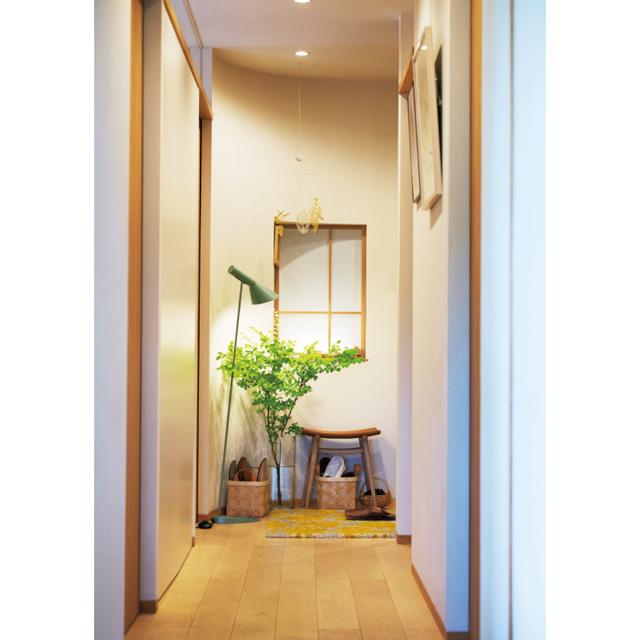 壁をカーブさせ、柔らかい印象に仕上げてもらったという玄関