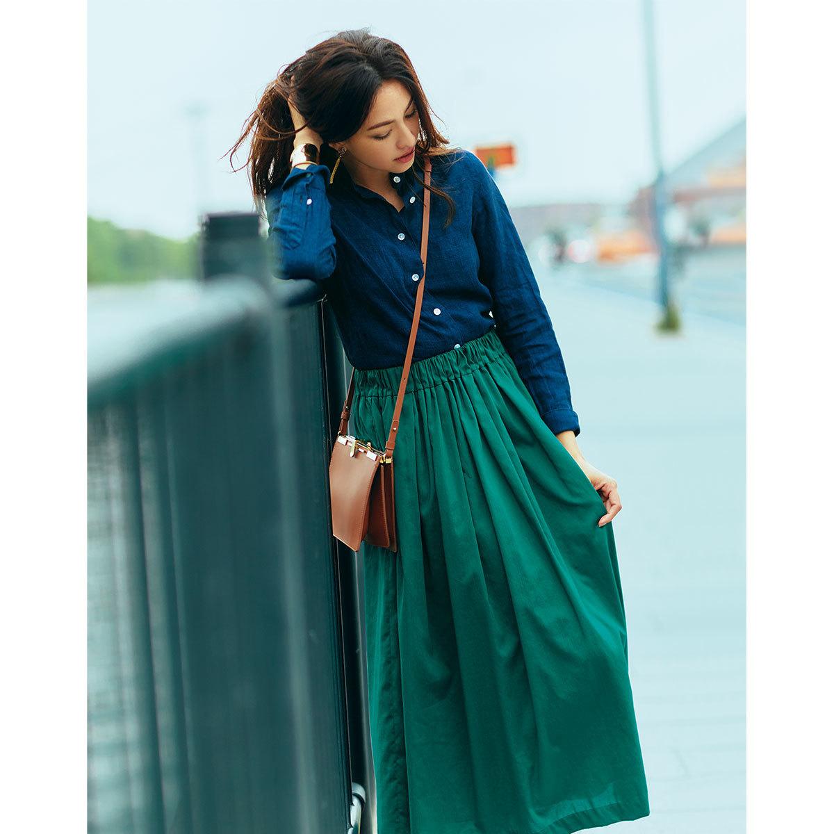 シャツ×グリーンのミディ丈スカートコーデ
