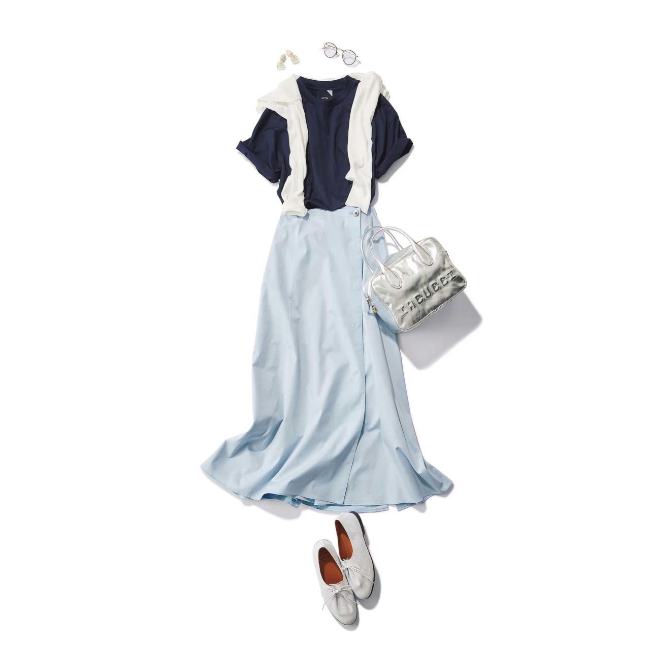 ■肩がけ白ニット×ネイビーのTシャツ×ライトブルーのスカートコーデ