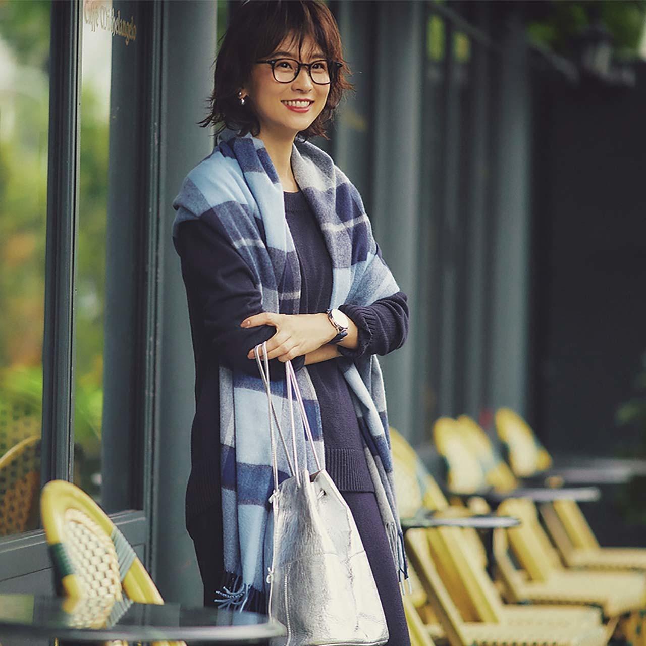 ニットセットアップ×ストールコーデを着たモデルの五明祐子さん