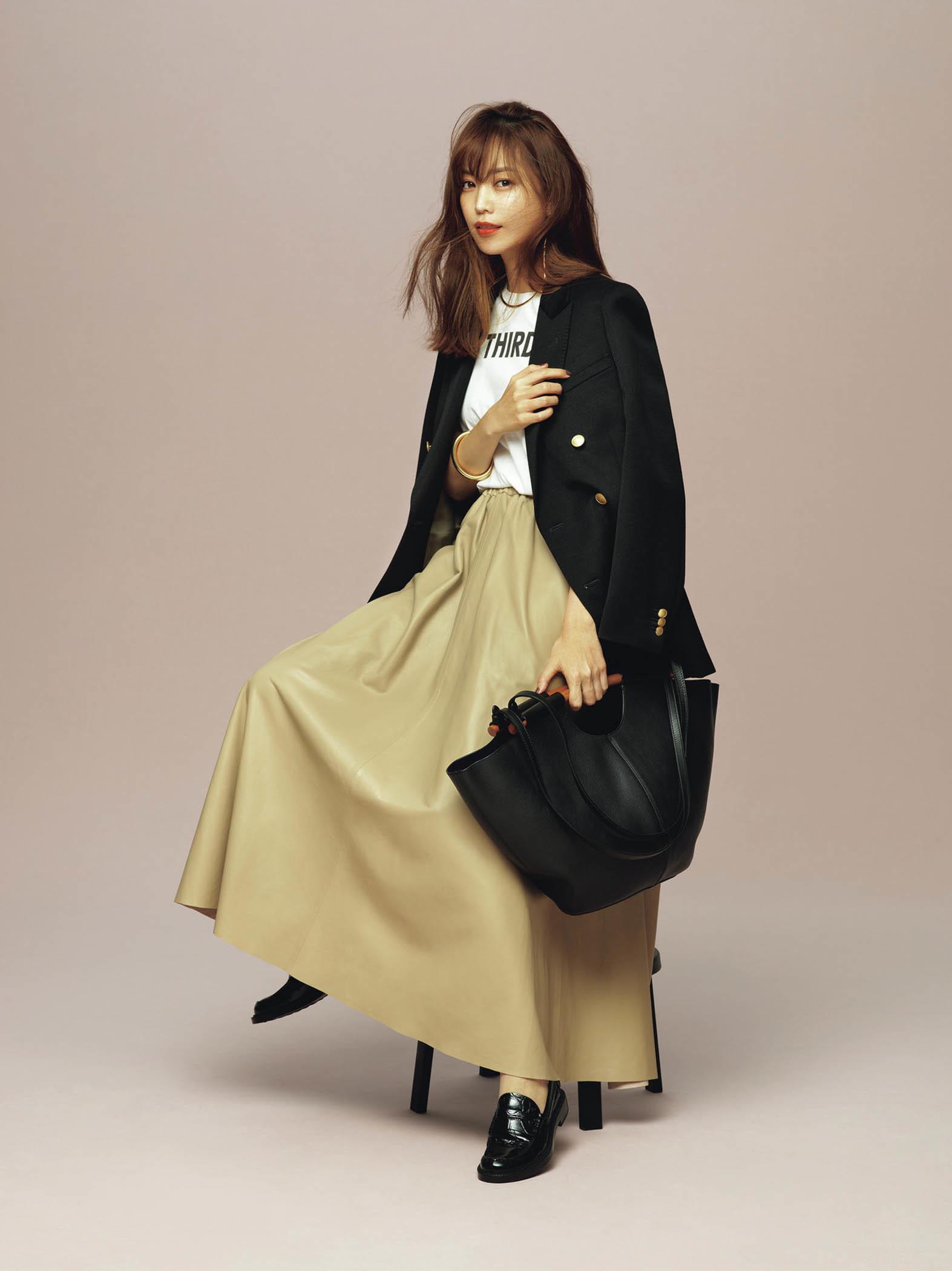 今季注目のレザースカートも、ベージュならハードすぎない。黒ジャケットでちょっとクールに。