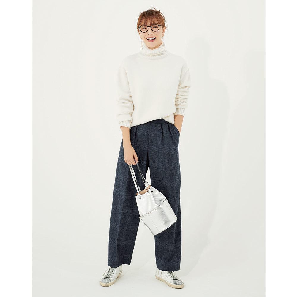 白ニット×パンツのファッションコーデ