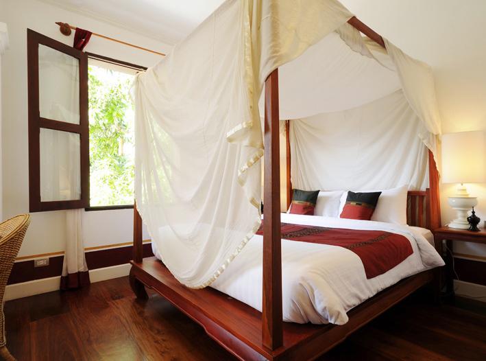 ドレープ付きの4本支柱のベッドは、完璧なコロニアルスタイル