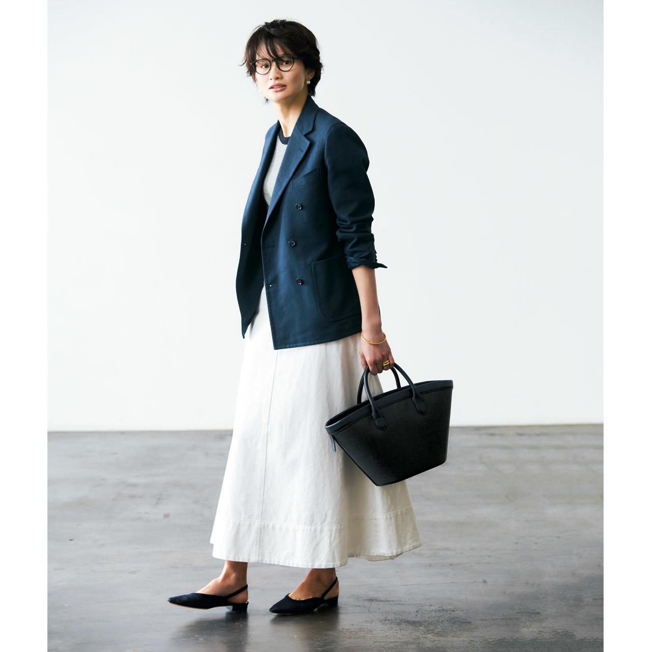 ネイビージャケット×白スカートコーデ
