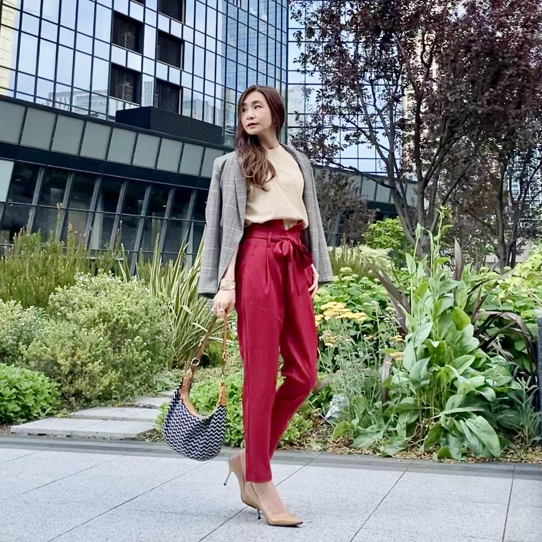 赤いパンツにベージュTとグレンチェックのジャケットを羽織って
