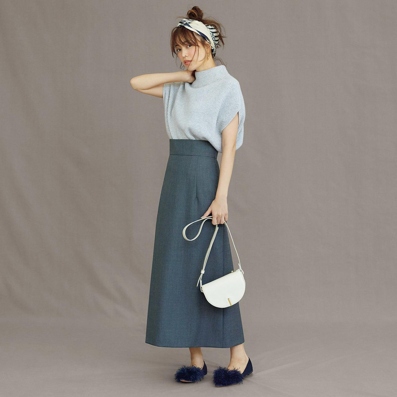 グレーニット×スカートのワントーンコーデ