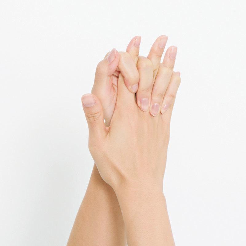3.両手の指を組み合わせてギュッギュッと握り、指の側面を刺激。握る位置を指のつけ根のほうから指先へとずらしていき同様に刺激。1カ所3回。