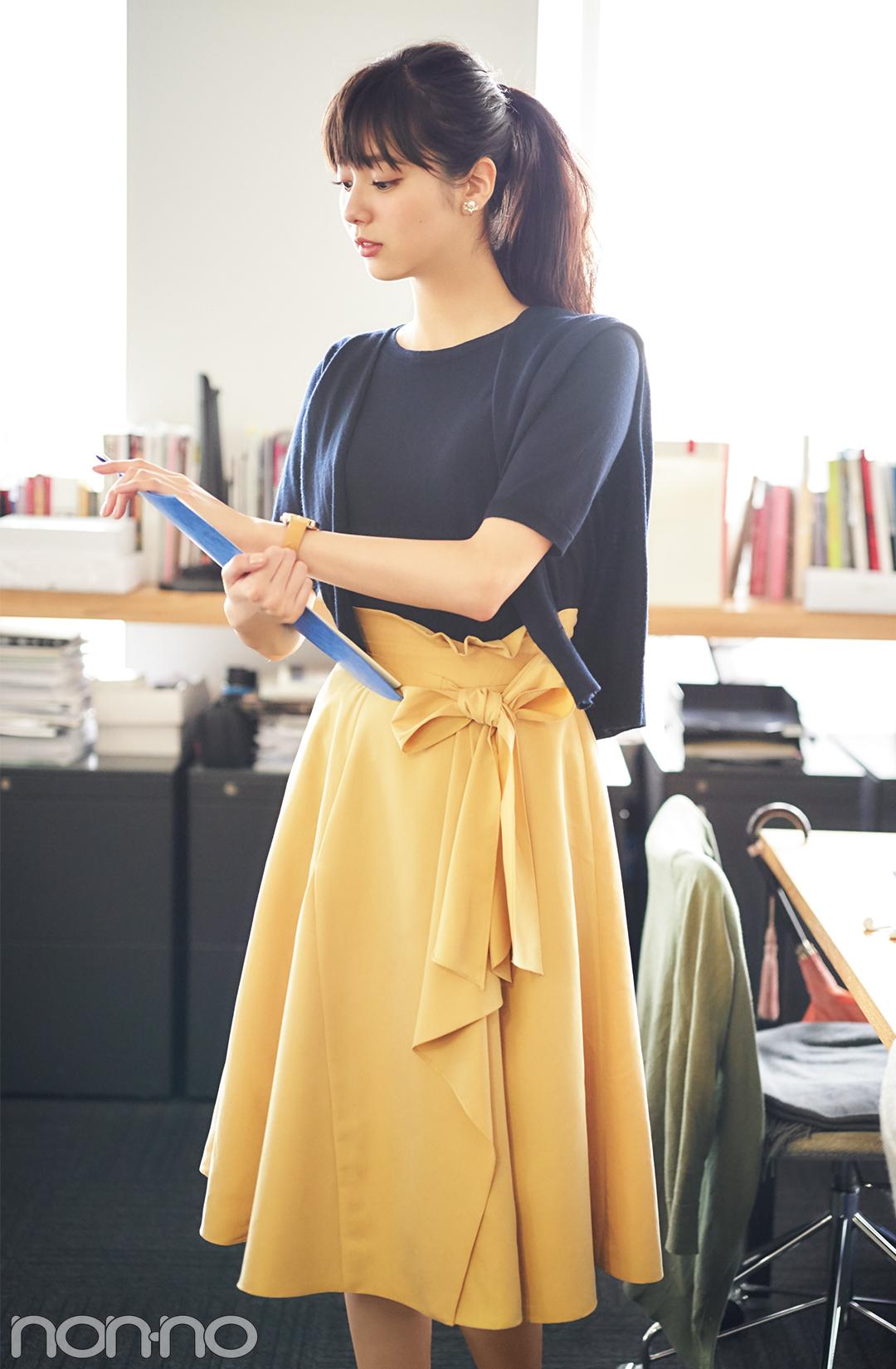 新川優愛が着る♡ オフィスコーデのスカートは、秋色で選ぶのが正解!_1_1-2