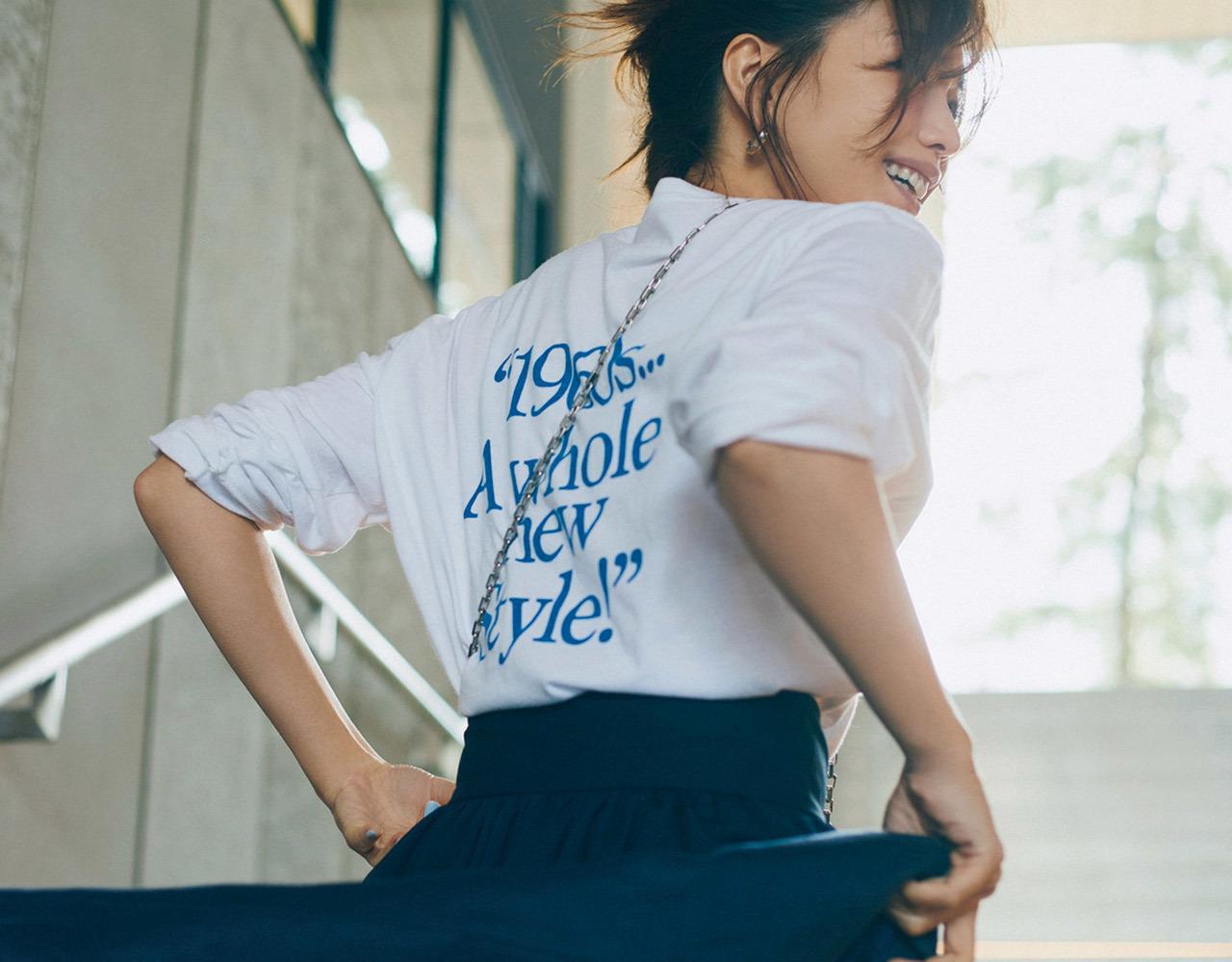 ロゴTシャツ×スカートコーデ