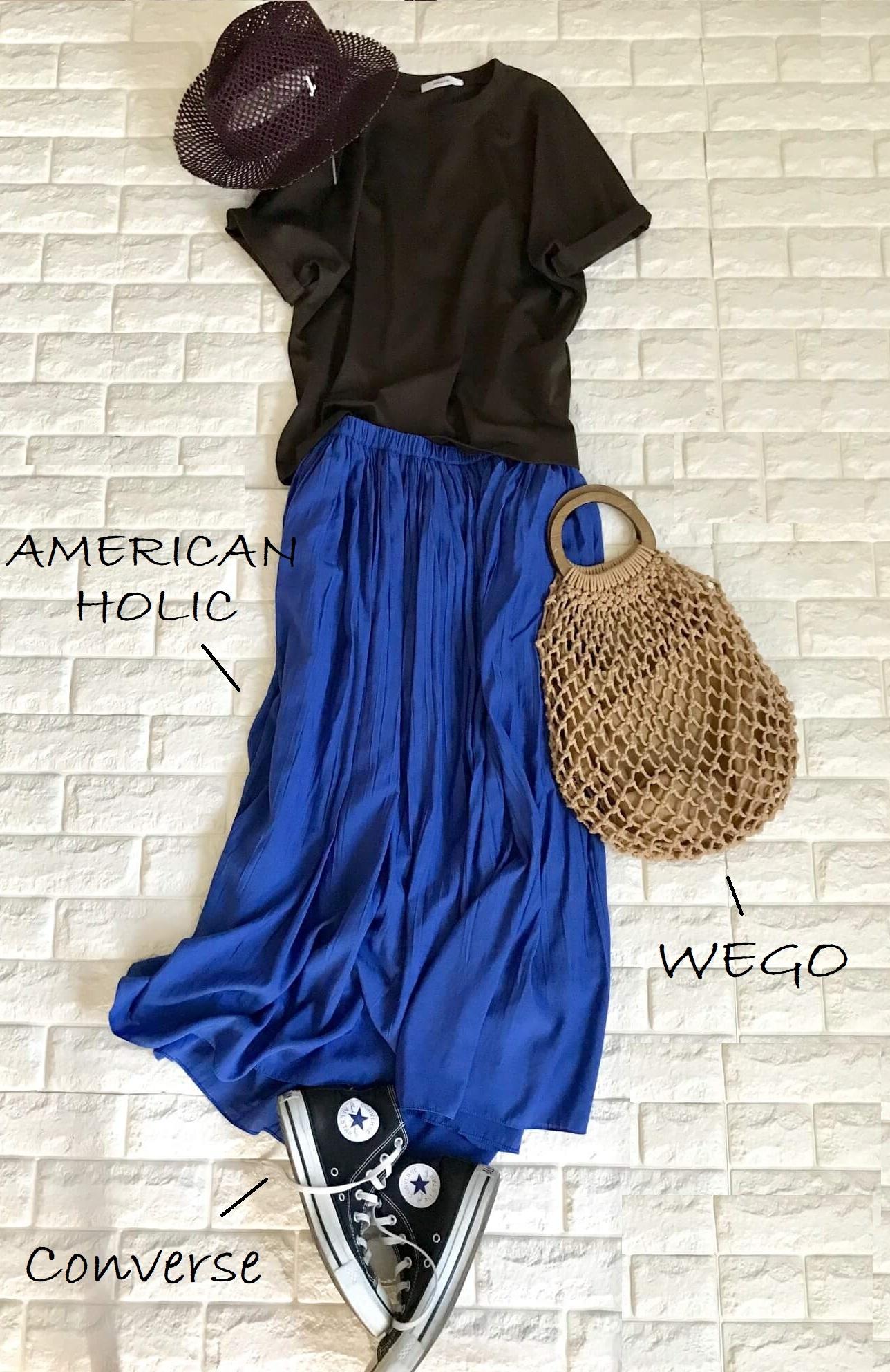 エブールのTシャツとブルーのスカートを合わせたコーデ