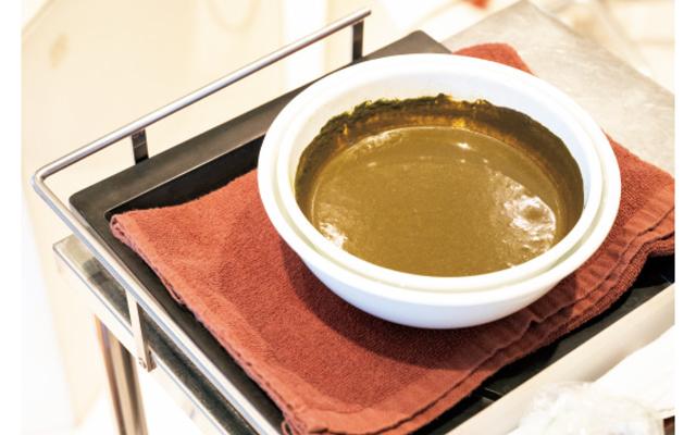 ヘナとインディゴの染料を混ぜて、お湯に溶かした状態