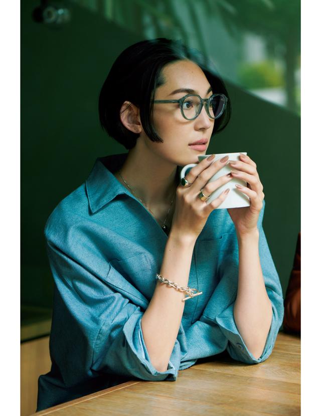 クリアなブルーグリーンのフレームで洋服とのカラーグラデーションコーデのLIZA