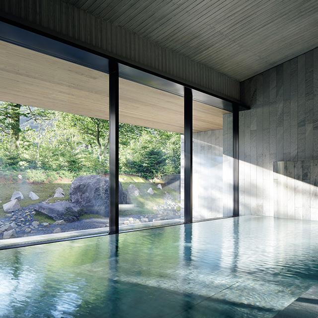 日光湯元温泉から引湯した温泉大浴場。露天風呂もあり、庭と一体化した気分。