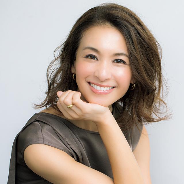最近「エクラ」に仲間入りした 稲沢朋子さんも 名品美容液で幸せ肌に!