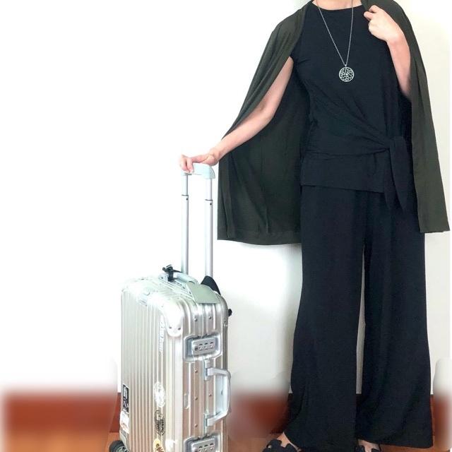 ジェットセッターズ着用 スーツケースと