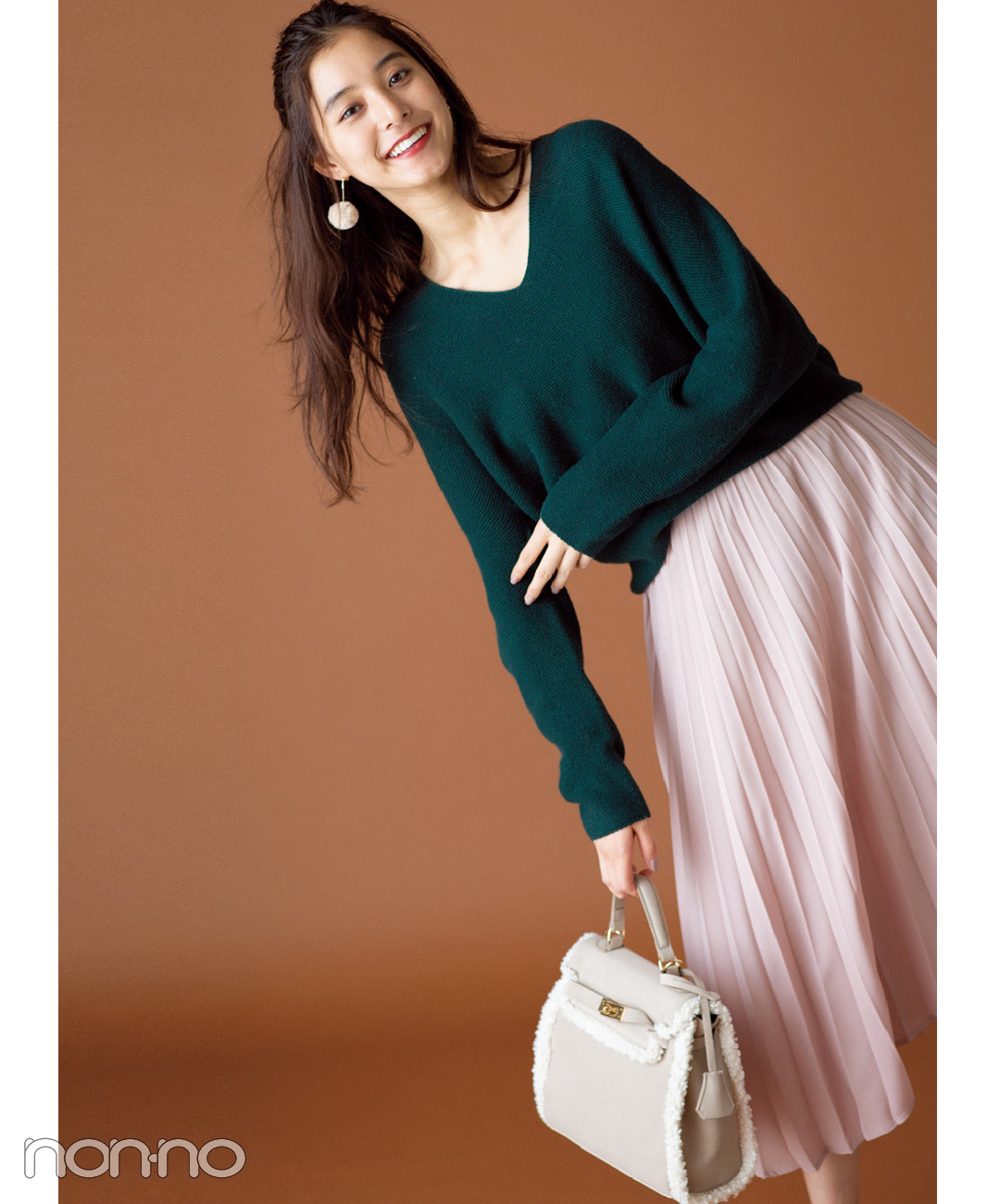 【ユニクロのプリーツスカート】凛としたグリーンのゆるVニットには甘いピンクを添えて凛としたグリーンのニットには甘いピンクを添えて