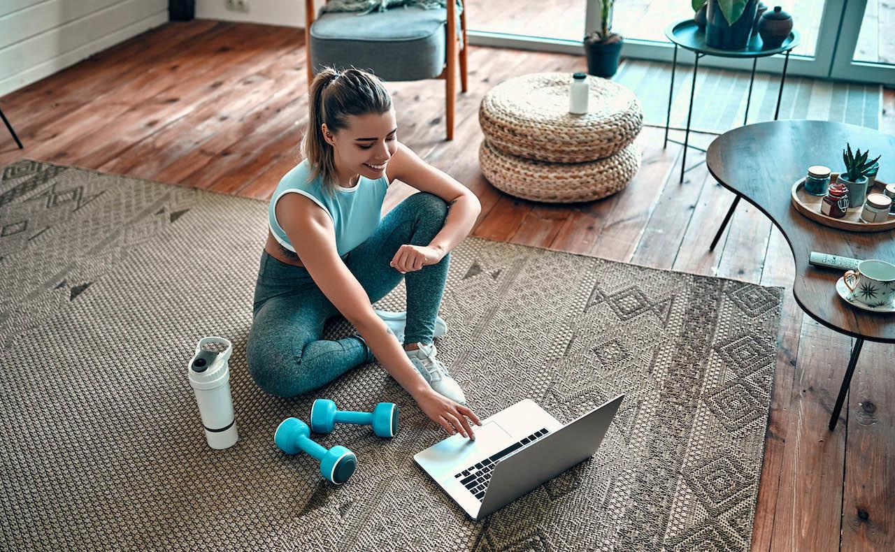 オンラインセミナーを受講する女性