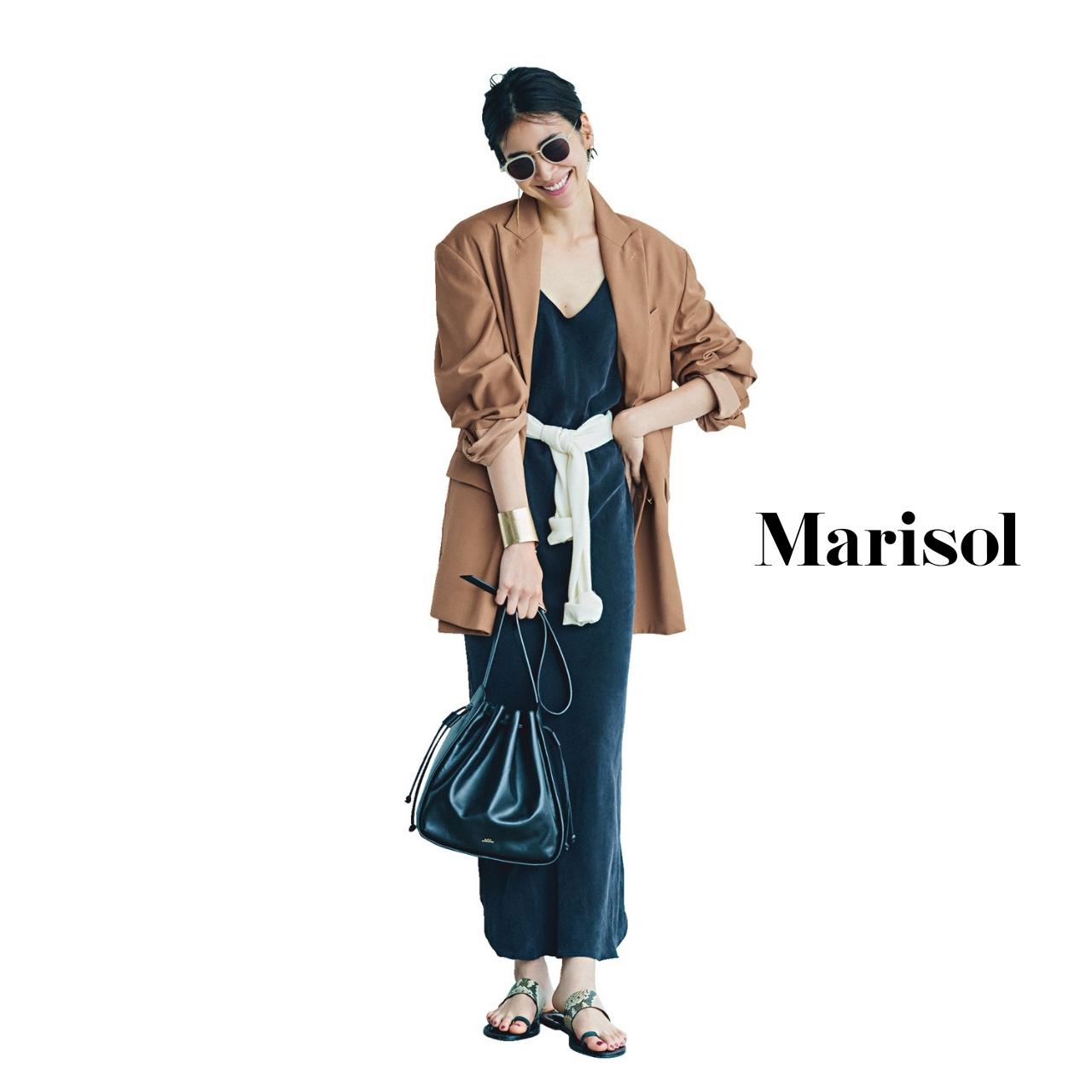 40代ファッション ベージュジャケット×黒ワンピース×白ニット コーデ