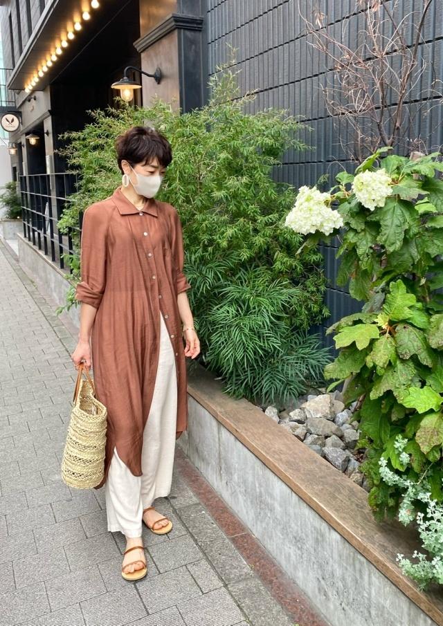 美女組Mayuさんのブラウンシャツワンピと白パンツのレイヤードコーデ