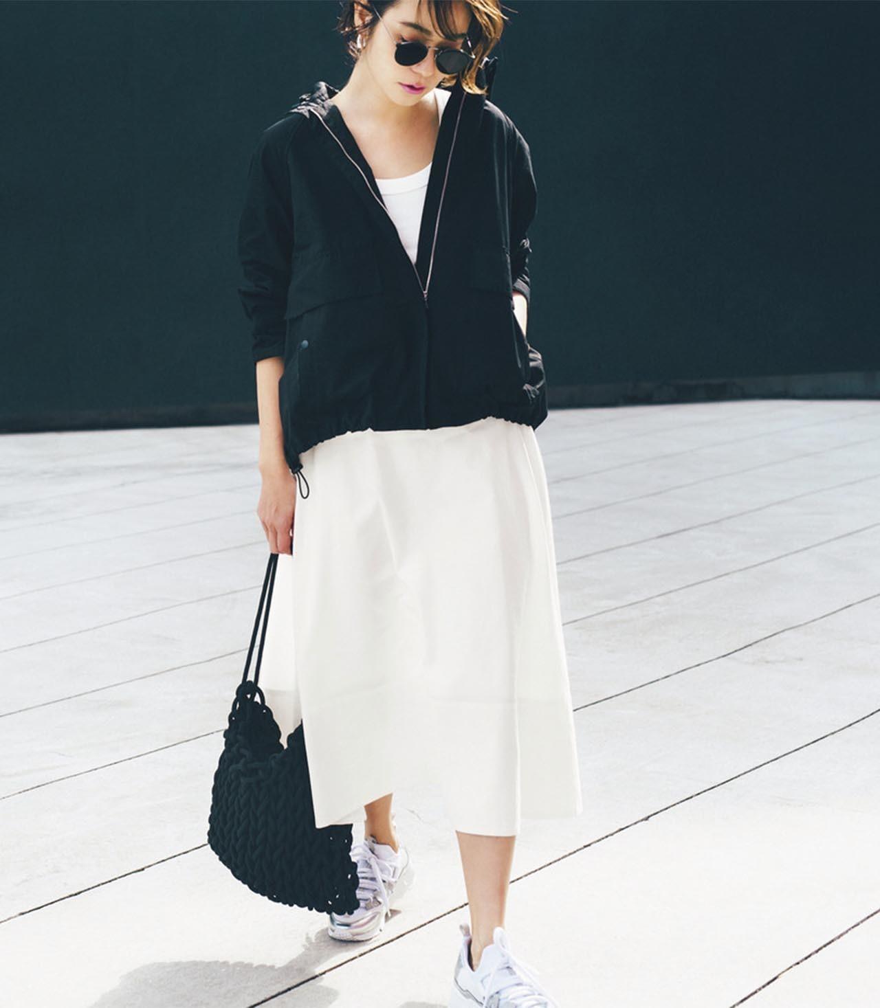 ■黒のフーテッドジャケット×白のスカート×スニーカーコーデ