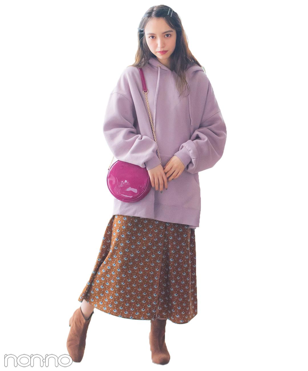 【春の花柄スカートコーデ】グレイッシュなピンクはブラウンの花柄でふわっとまとめて