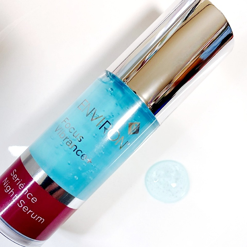 エンビロンのフォーカスヴァイブランスプラスシリーズの新作夜用美容液のセリエンスナイトセラムのテクスチャーはマラカイトエキスのブルーが美しい